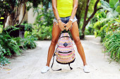 Woman legs. Beautiful female holding bag wearing jeans shorts an — Stock Photo