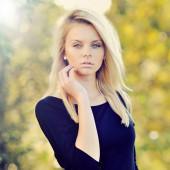 Güzel bir genç kadının portresi yakın çekim — Stok fotoğraf