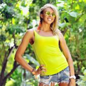 Мода Портрет молодой красивой женщины, в солнцезащитные очки — Стоковое фото