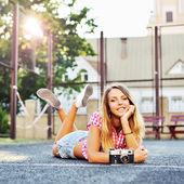 Krásná velmi usměvavá dívka pózuje venkovní — Stock fotografie