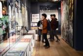 Tokyo, Japan - November 21, 2013: Unidentified tourists in Asakusa Culture Tourist Center — Stock Photo