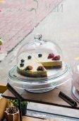 Чизкейк Клубника и черника на стенде торт — Стоковое фото