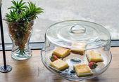 Frans toast met bosbessen en aardbeien — Stockfoto