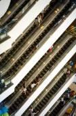 Bangkok, Thailand - September 12, 2013: Crowd on escalator at Terminal21 shopping mall — Stock Photo