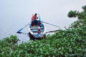 Amarapura, Myanmar - October 9, 2013 : Ferryman on the Taungtham — Стоковое фото