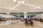 Mumbai, India - January 5, 2015: Crowd at Chhatrapati Shivaji International Airport. — Stock Photo