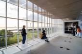 Токио, Япония - 26 ноября 2013: Люди посещают наблюдения здание в Kasairinkai парке — Стоковое фото