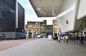 Amsterdam, Netherlands - May 6, 2015: Tourist visit Stedelijk Musem in Amsterdam — Stockfoto