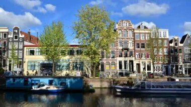 Amsterdam, Netherlands - May 7, 2015: Traditional houses of Amsterdam with canal — Stock Video