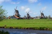 Toeristische bestemming, Wind-molens in Zaanse Schans — Stockfoto