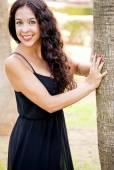 Vacker kvinna i en park — Stockfoto