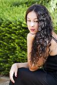 Bir parkta güzel bir kadın — Stok fotoğraf