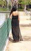 公園で後ろから美しい女性 — ストック写真