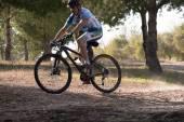 Radfahrer auf mountainbike rennen machen eine karriere im bereich — Stockfoto