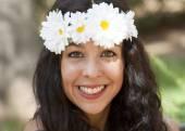 Mooie vrouw met een krans van witte bloemen op haar hoofd in een — Stockfoto