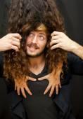 Stilig kille med hår från en tjej som täcker hennes ansikte och han tr — Stockfoto