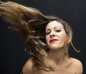 Belle femme, secouant ses cheveux — Photo