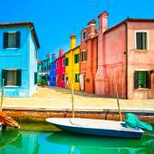 Venice landmark, Burano island canal, colorful houses and boat,  — Stock Photo