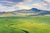 Tuscany, Radicofani village, farmland and green fields. Val d Or — Stock Photo