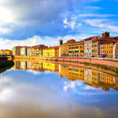 Pisa, Arno river and buildings reflection. Lungarno view. Tuscan — Stock Photo