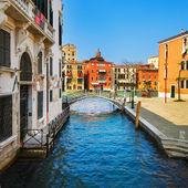 Venice cityscape, bridge, tree and buildings on water grand cana — Stock Photo