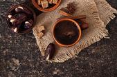 Café et orientales dates sur fond en bois ancienne — Photo