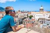 Young tourist observes the city of Palermo from above — Stock Photo
