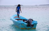 Man standing at blue motor boat Maldives — Стоковое фото