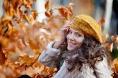 Young smiling woman outdoor in autumn — Stock Photo