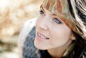 Ritratto di giovane donna all'aperto in autunno — Foto Stock