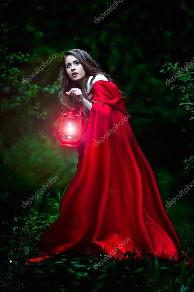 Belle Femme Avec Une Cape Rouge Et Lanterne Dans Les Bois
