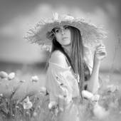 Young beautiful woman on cereal field with poppies in summer - b — Stock fotografie