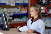 Prescription holding jeune pharmacien femelle — Photo
