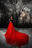 Vacker brunett i en röd klänning — Stockfoto