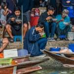 People eating Amphawa bangkok floating market Thailand — Stock Photo #57915105