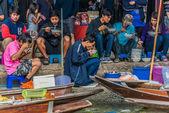 People eating Amphawa bangkok floating market Thailand — Stock Photo