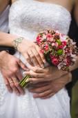Paret krama och hålla brudbukett. — Stockfoto