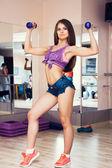Junge Frauen schwingen Muskeln — Stockfoto