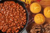 Chili and cornbread — Stock Photo