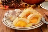 Torta di pesche e gelato — Foto Stock