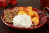 Cottage cheese with peaches — Stock Photo