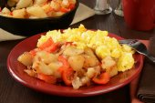 Home fries and scrambled eggs — Stock Photo