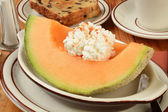 Cantaloupe with raisin toast — 图库照片