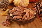 Skål med pekannötter — Stockfoto