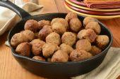 Meatballs in an iron skillet — Stockfoto