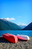 A recreation area with a couple colorful kayaks — Foto de Stock