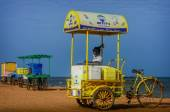 Indian street ice cream vendor with cart on beach — Stock Photo
