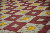 Mattonelle colorate a scacchi sulla strada — Foto Stock