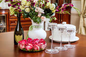 Festive decorated table in the interior before Christmas — Stockfoto