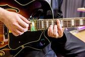 Guitarist playing in jazz band — Stockfoto